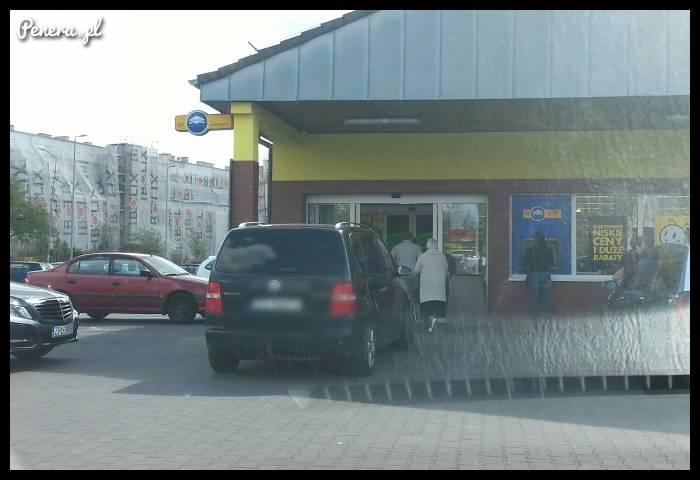 Szczeciński cebulak zaparkował przed samym wejściem