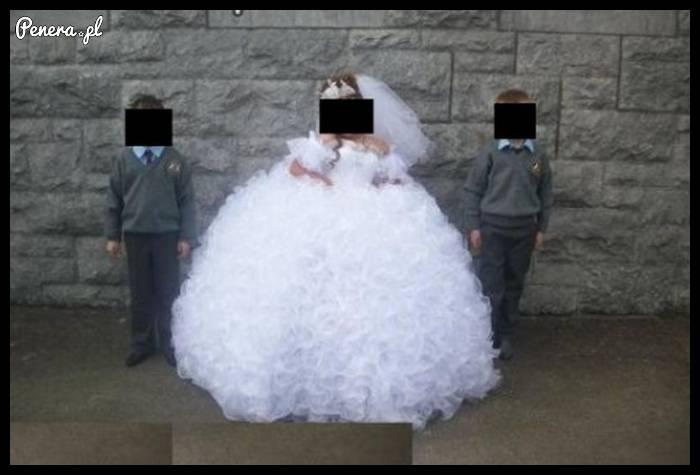 Tak wygląda teraz skromna sukienka na komunię