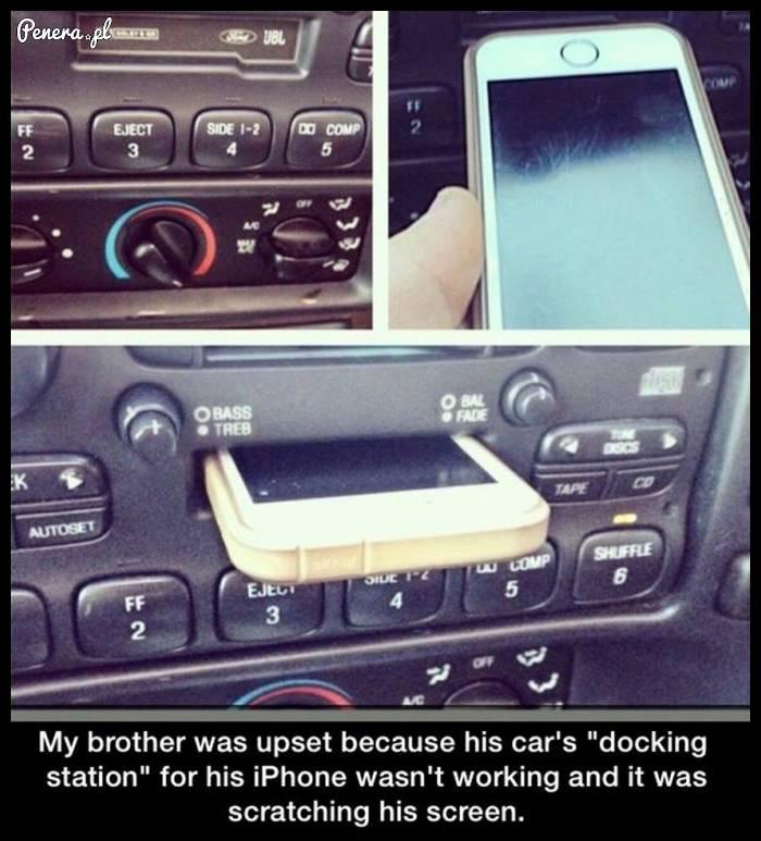 Braciszek który myślała że ma stację dokującą do iPhona