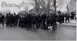 Mało czujny policjant kontra protestujący typ