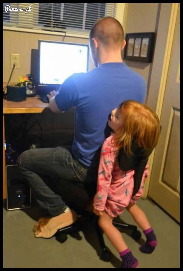 Gdy dzieciak nie chce Ci ustąpić miejsca przed kompem