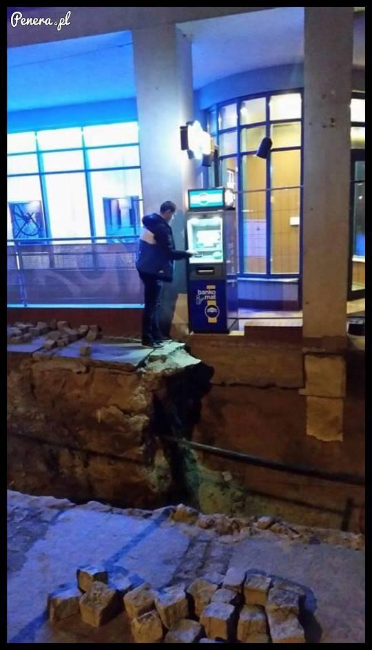 A taki dostęp jest do bankomatu w Szczecinie :D
