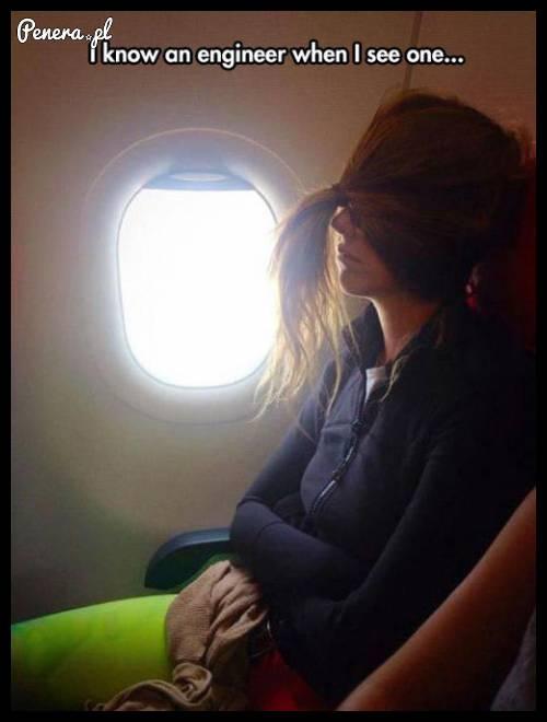 Sprytny sposób na spanie w samolocie