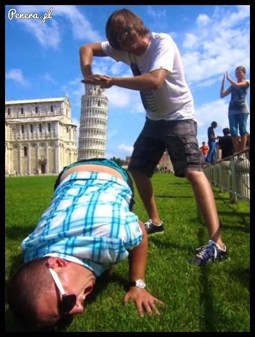 Faceci kontra krzywa wieża w Pizie