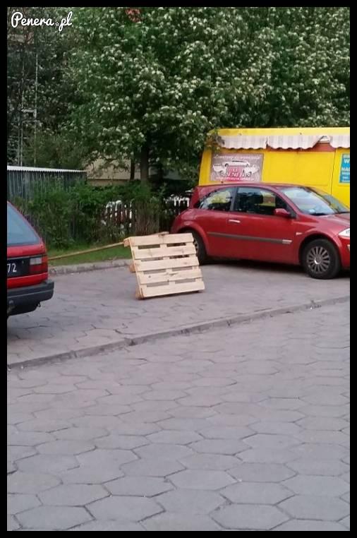 Tak się blokuje parking pod blokiem