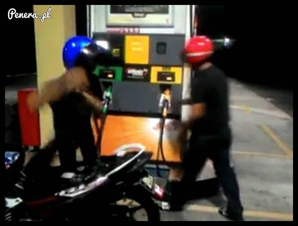Kiedy na stacji benzynowej puszczają Ci nerwy