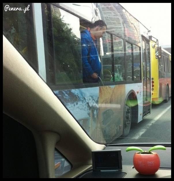 Kiedy wypiłeś browara w autobusie i już nie możesz wytrzymać