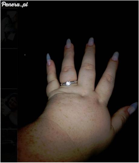 Chyba będzie musiała odrąbać palca żeby ściągnąć ;)