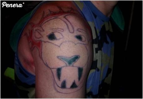 Dumny z nowego tatuażu