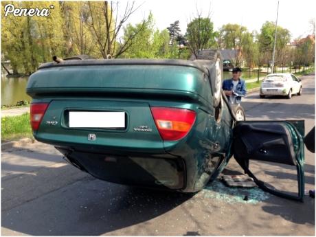 Kobieta i dachowanie autem przy 20km/h Nie odbiła przy skręcie w lewo i...