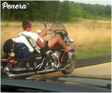 Motocyklista zmęczony podróżą