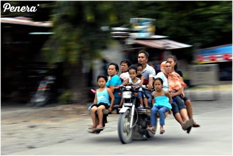 Rodzina wycieczka na motocyklu