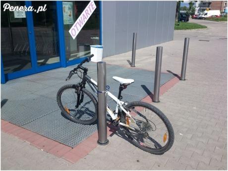 Świetnie zabezpieczony rower pod sklepem