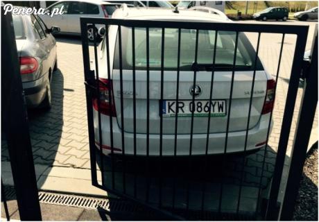 Tak się parkuje przed placem zabaw w Wieliczce