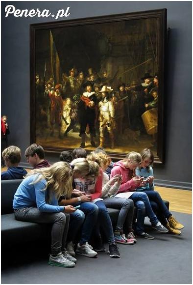 Współczesna szkolna wycieczka do muzeum